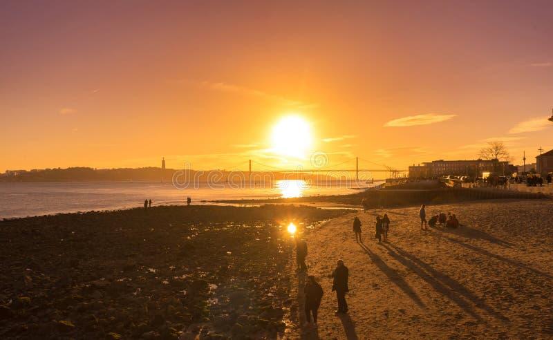Le 25ème d'April Bridge à la lumière de coucher de soleil à Lisbonne image stock