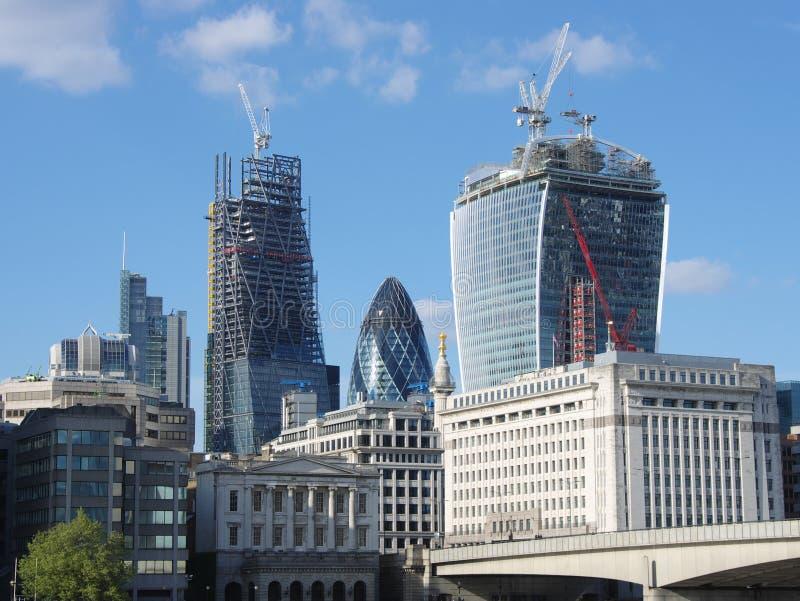 """Le """"cornichon """"entre deux gratte-ciel en construction dans la ville de Londres photographie stock"""