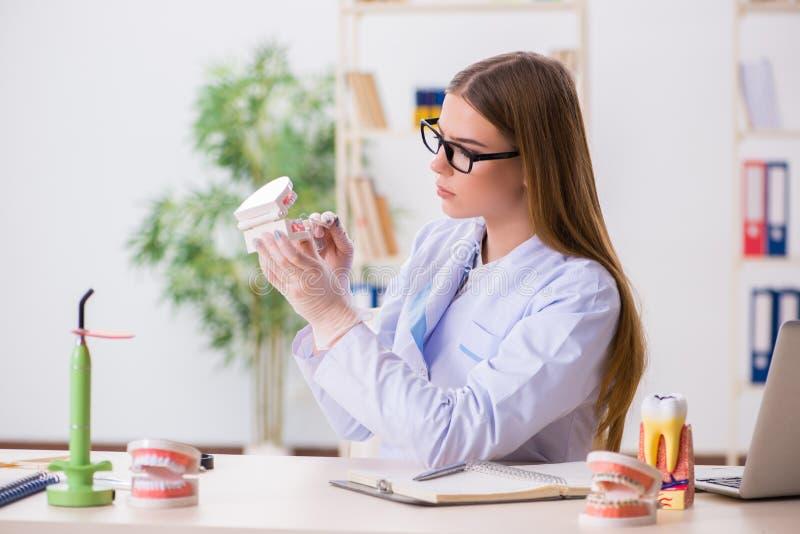 Le abilità di pratica dello studente di odontoiatria in aula fotografia stock