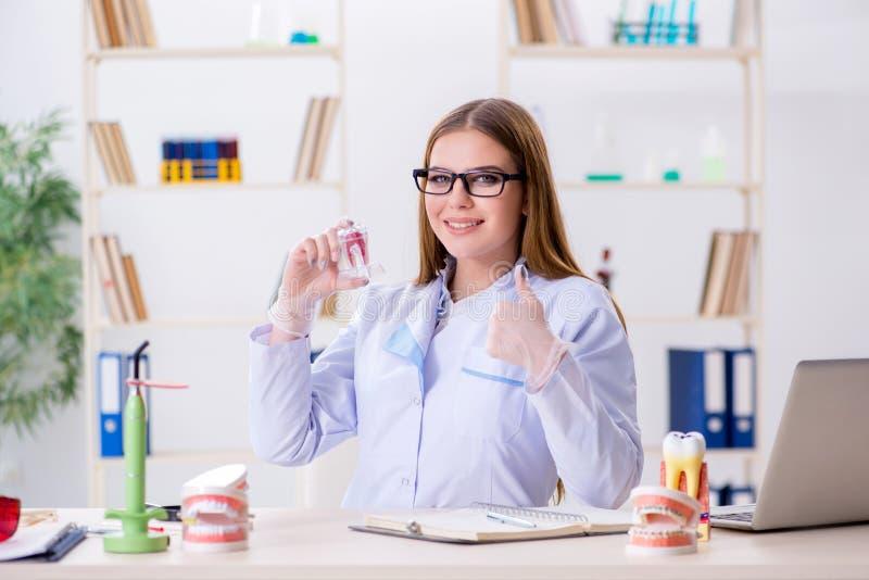 Le abilità di pratica dello studente di odontoiatria in aula fotografia stock libera da diritti