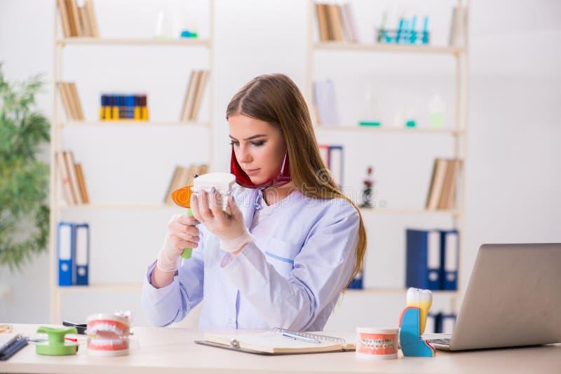 Le abilità di pratica dello studente di odontoiatria in aula immagine stock