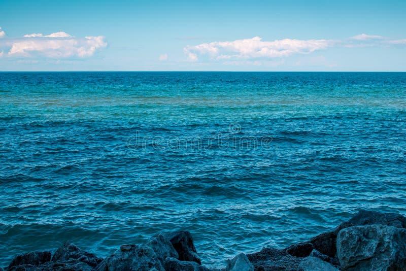 Le acque blu profonde del lago Michigan dall'isola di Mackinac fotografia stock libera da diritti