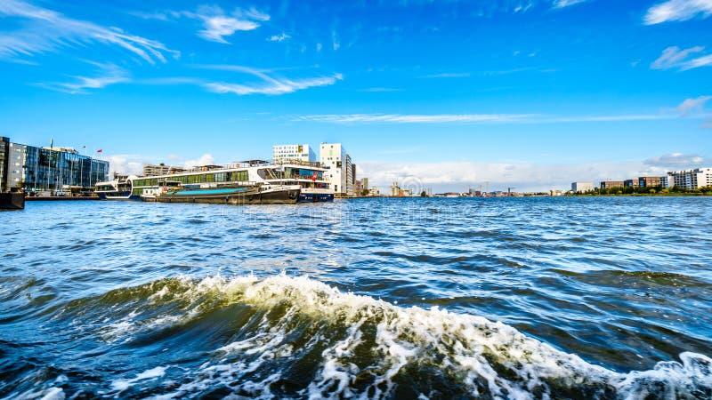 Le acque occupate del porto di Amsterdam, hanno nominato il Het IJ fotografia stock libera da diritti