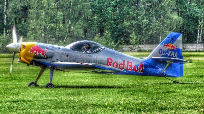 Le acrobazie aeree dei tori di volo Team Zlin-50LX che prepara per il rullaggio per il decollo immagini stock