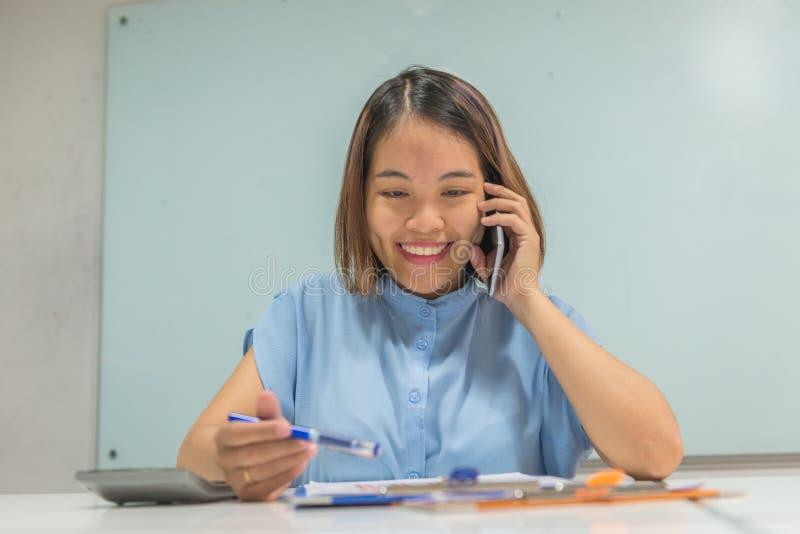 Le affärsanställd läs rapport- och svarsphonecall fotografering för bildbyråer