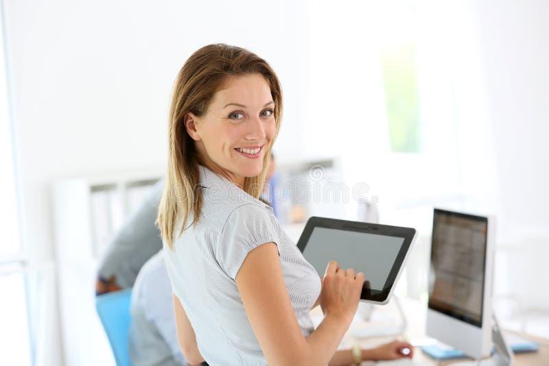 Le affärskvinna med tableten arkivfoton