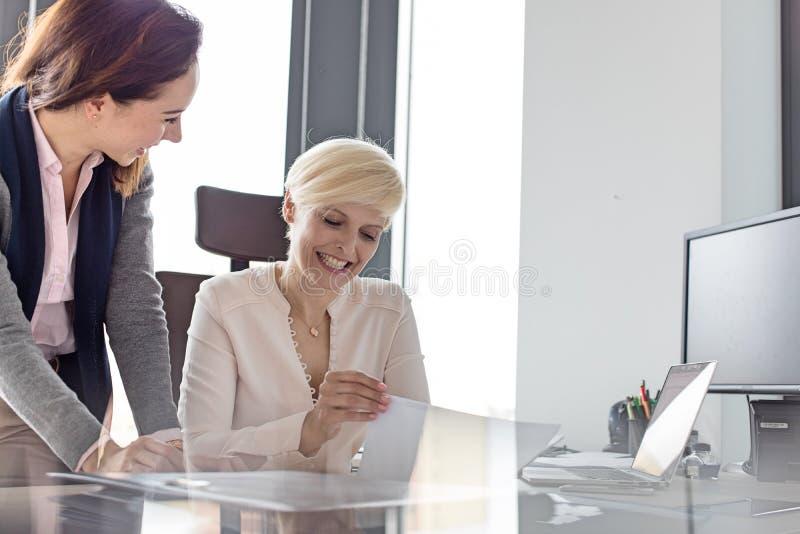 Download Le Affärskvinna- Och Kvinnligchefen Med Projekt I Regeringsställning Fotografering för Bildbyråer - Bild av diskussion, förtroende: 78728317