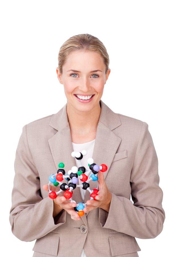 Le affärskvinna som rymmer en molekyl royaltyfria foton