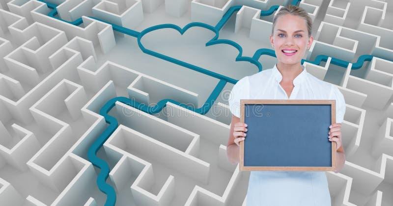 Le affärskvinnainnehavet kritisera mot molnet som förbinder i labyrint arkivbilder