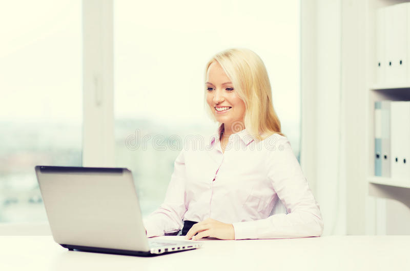 Le affärskvinnan eller studenten med bärbara datorn arkivbilder