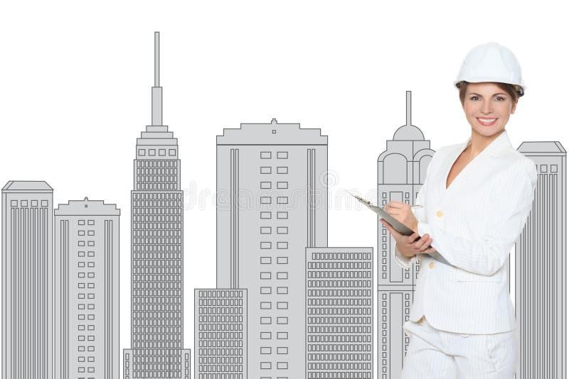 Le affärskvinnan i hjälm som studerar skissa av det framtida affärscentrumet arkivbild