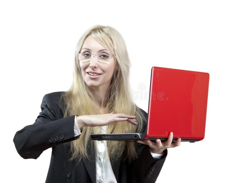 Le affärskvinnan med den röda bärbara datorn fotografering för bildbyråer