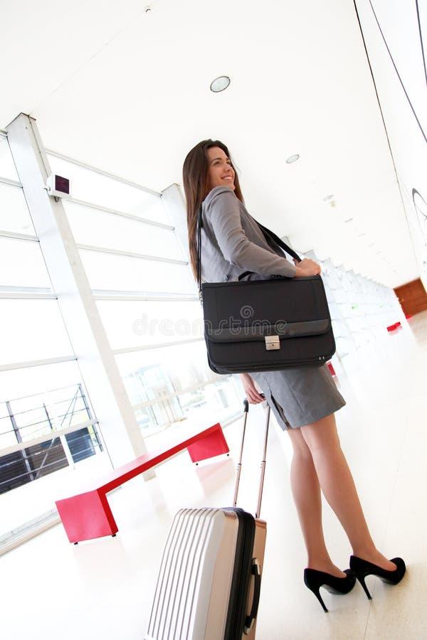Le affärskvinnan med gående resa för resväska royaltyfria foton