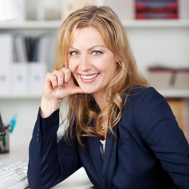 Le affärskvinnan In Office arkivbilder