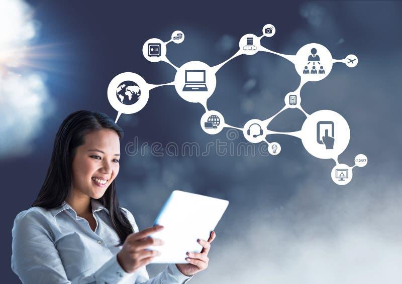 Le affärskvinnan som använder den digitala minnestavlan mot förbindande symboler arkivbild