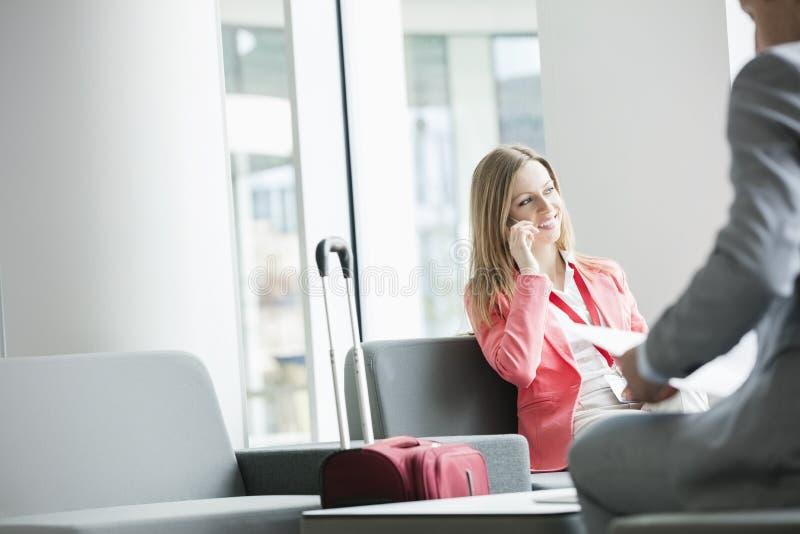 Download Le Affärskvinnan Som Använder Den Smarta Telefonen, Medan Sitta På Lobbyen I Konventcentrum Arkivfoto - Bild av kollega, konferens: 78726628