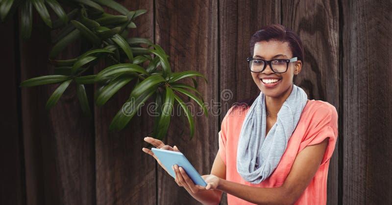 Le affärskvinnan som använder minnestavlaPC mot väggen vektor illustrationer