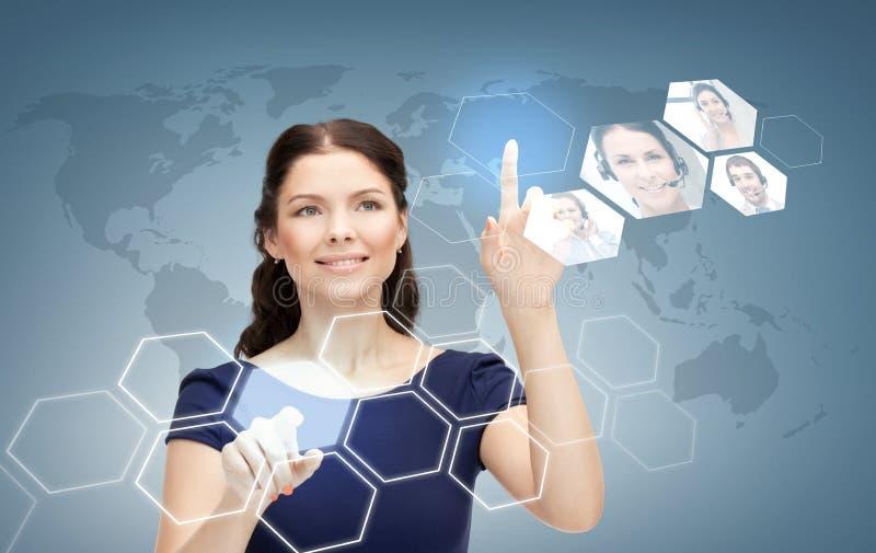 Le affärskvinnan som arbetar med den faktiska skärmen stock illustrationer