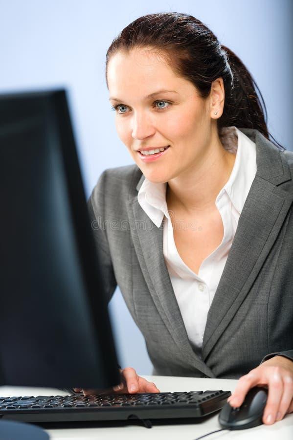 Le affärskvinnan som arbetar på hennes dator royaltyfri bild