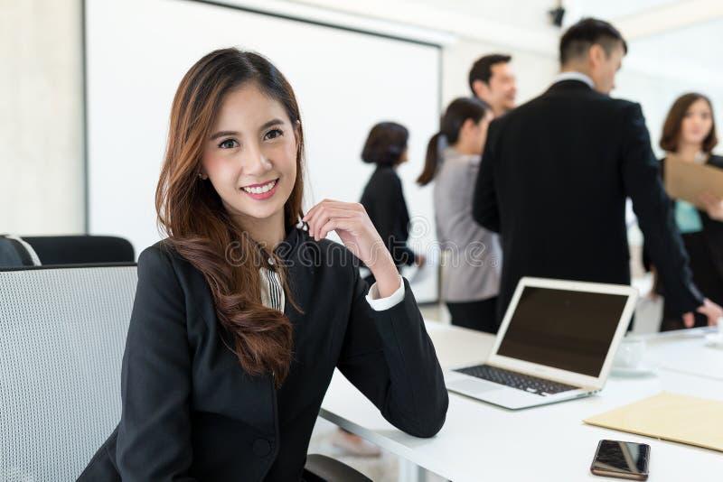 Le affärskvinnan som deltar i möte arkivbilder