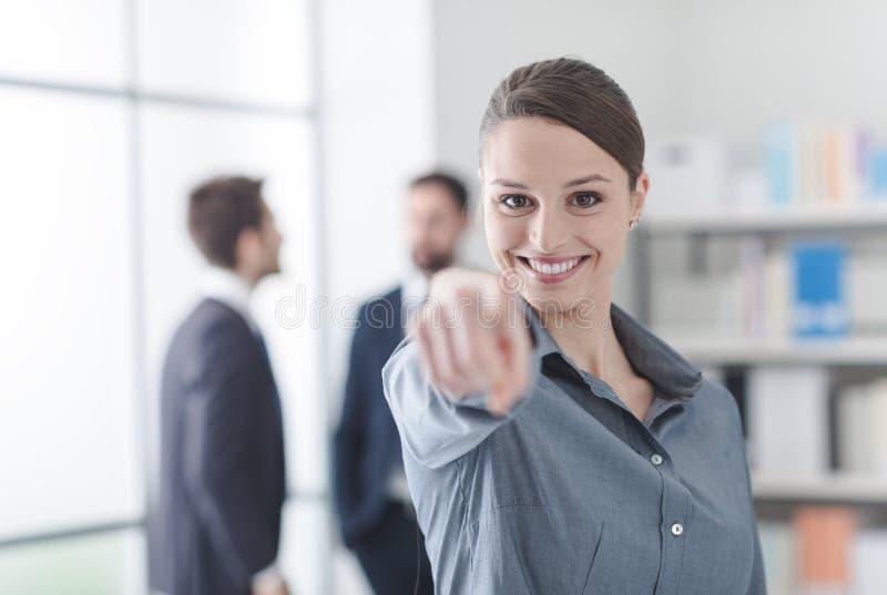 Le affärskvinnan som pekar på kameran royaltyfria bilder