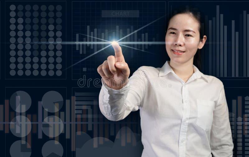 Le affärskvinnan som trycker på den faktiska skärmen, affärsstart som begrepp arkivfoto