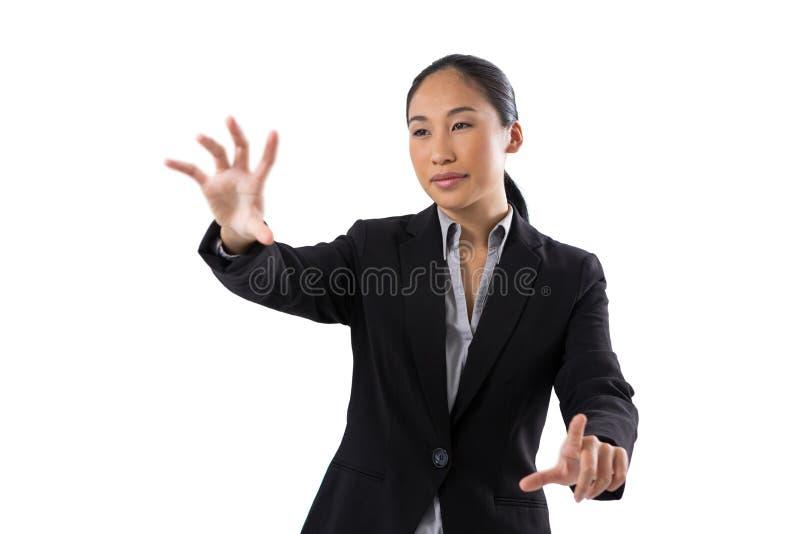 Le affärskvinnan som trycker på den osynliga skärmen arkivfoton