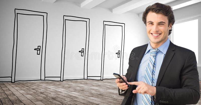 Le affärsmannen genom att använda den smarta telefonen mot utdragna dörrar arkivfoton