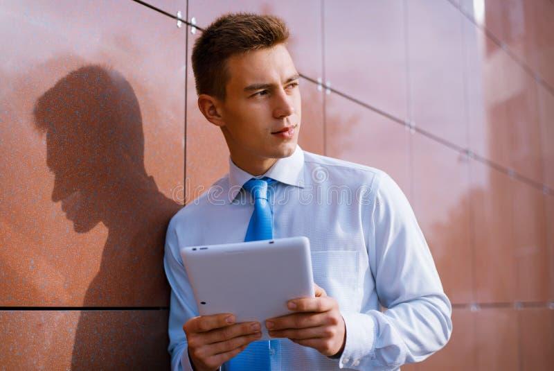 Le affärsmannen Holding Tablet Computer royaltyfri fotografi