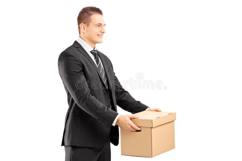 Le affärsmannen i dräkten som ger en ask till någon royaltyfri bild