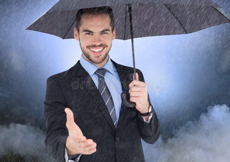 Le affärsmannen som erbjuder hans hand som rymmer ett paraply royaltyfria bilder