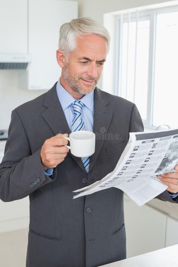 Le affärsmannen som har kaffe i morgonen för arbete royaltyfri foto