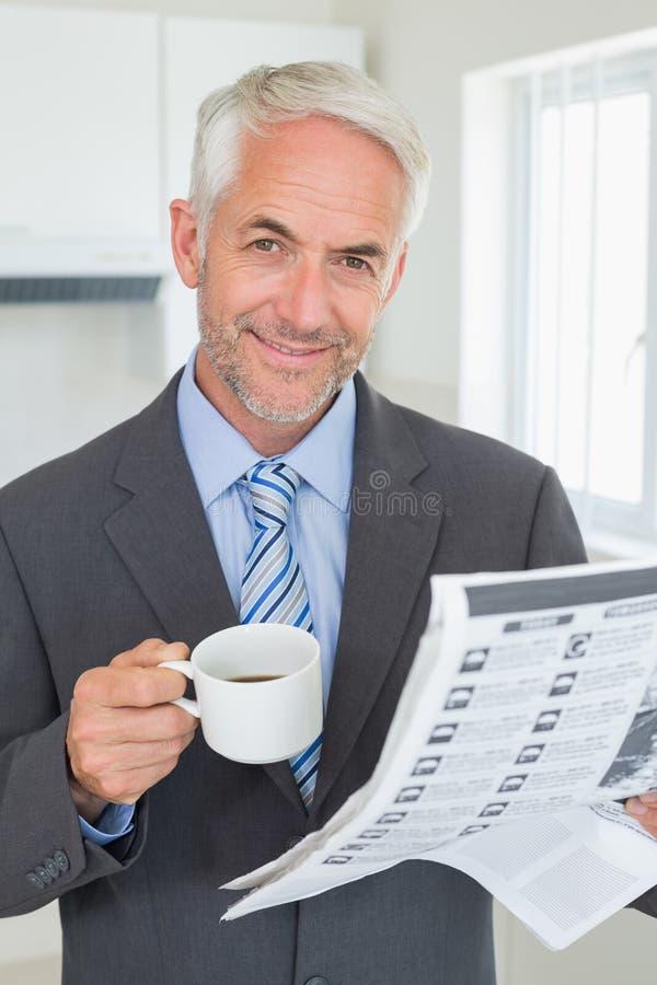 Le affärsmannen som har kaffe i morgonen för arbete royaltyfria foton