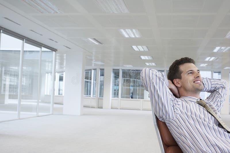 Le affärsmanOn Chair In det nya kontoret arkivfoto
