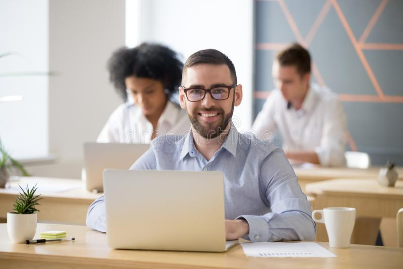 Le affärsmansammanträde på skrivbordet med bärbara datorn i regeringsställning, portr arkivfoto