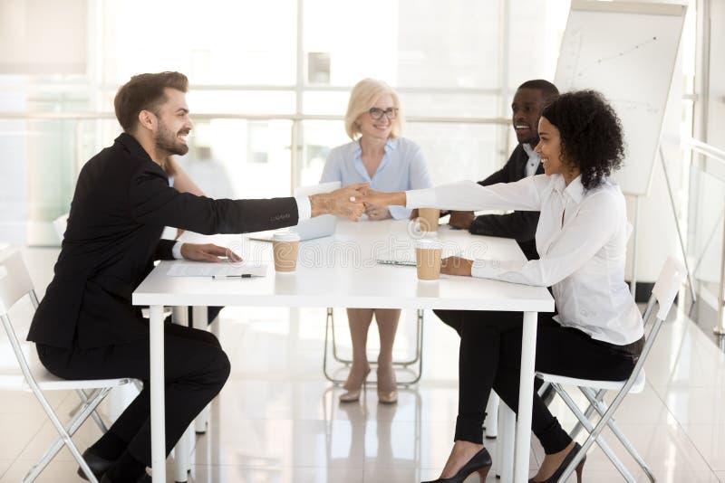 Le affärspartners handshaking, stängande avtal på möte royaltyfria foton