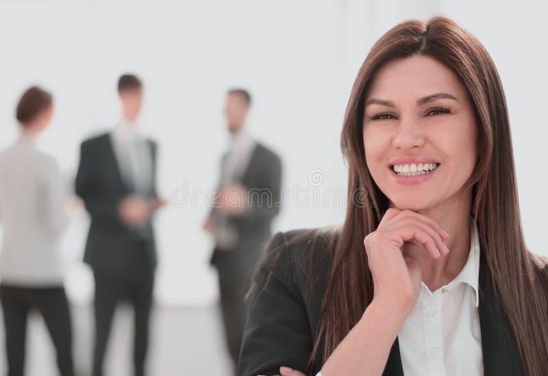 Le aff?rskvinnan p? suddig kontorsbakgrund royaltyfri bild