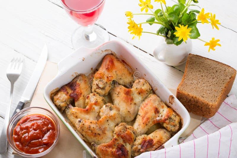 Le ali di pollo al forno con una crosta rubiconda fotografia stock libera da diritti