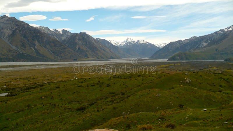 Le alpi del sud ed il fiume di Ashburton fotografia stock libera da diritti