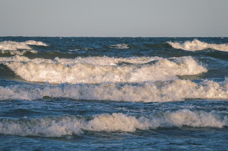 le alte onde nel film d'annata marino baltico guardano immagine stock libera da diritti