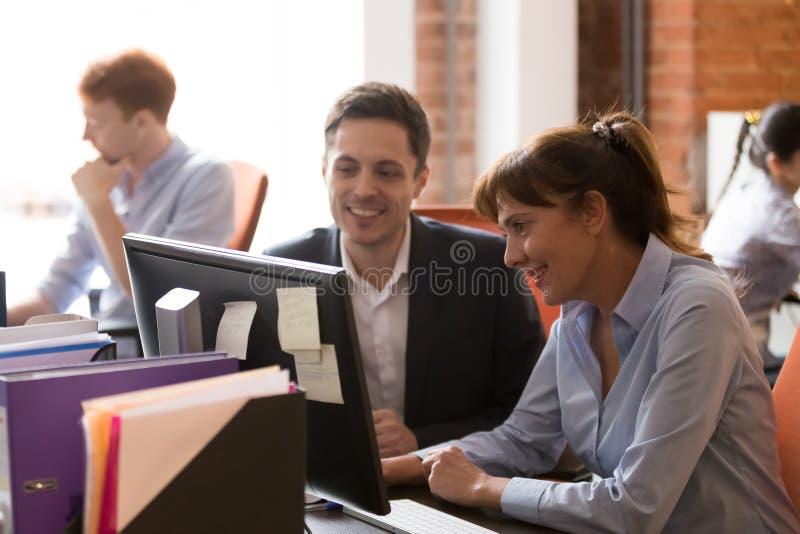 Le arbetar kollegor tillsammans på PC:n i delat kontor arkivfoton