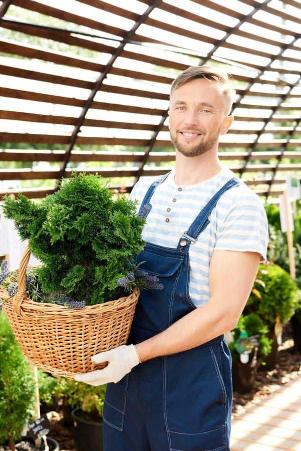 Le arbetaren i trädgård royaltyfria foton