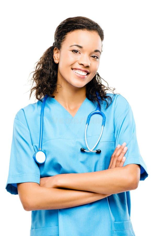 Le armi sorridenti dell'infermiere nero felice hanno piegato isolato su bianco  fotografia stock