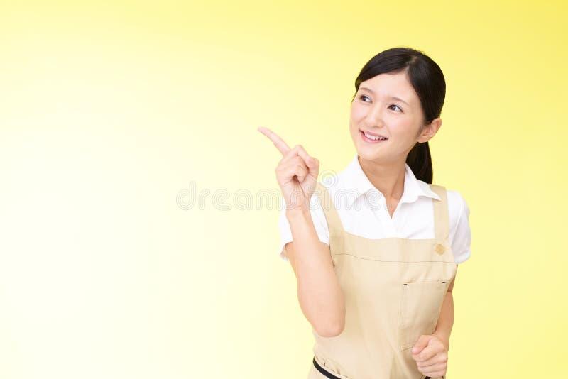 Le asiatiskt peka för hemmafru arkivfoton