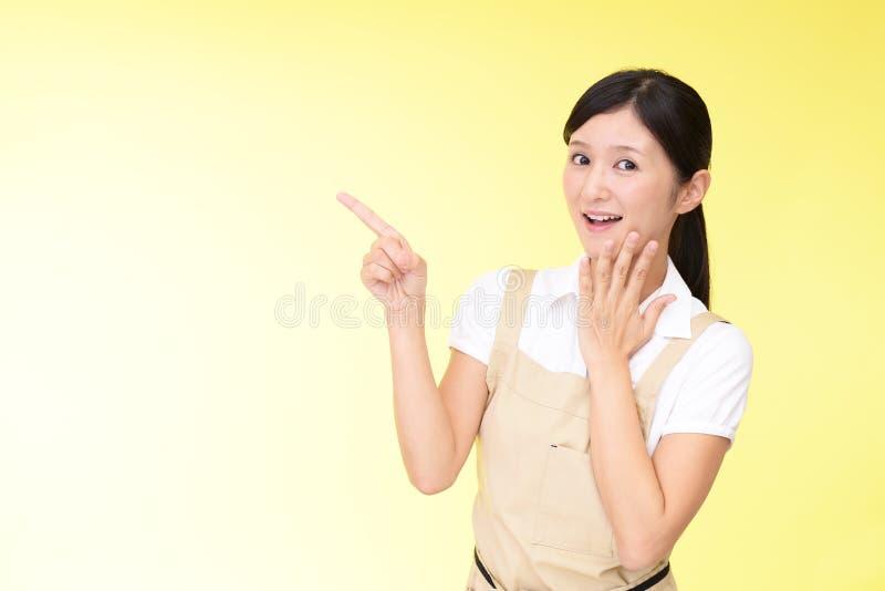Le asiatiskt peka för hemmafru royaltyfri fotografi