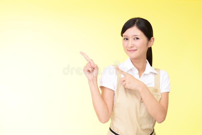 Le asiatiskt peka för hemmafru arkivfoto