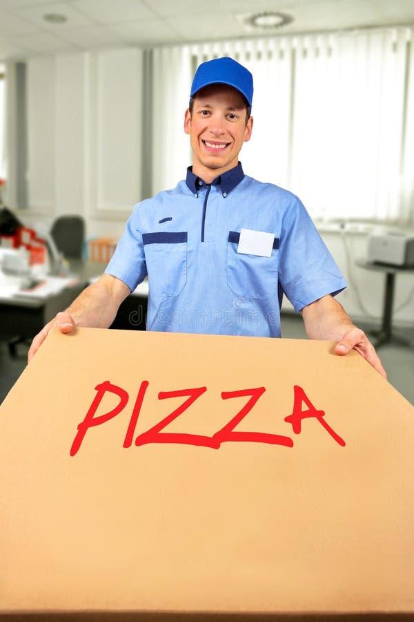 Le asken för pizza för pizzaleveransman den hållande royaltyfria foton