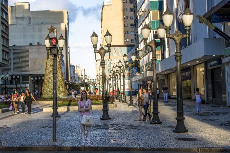 Le Ass.Comm. pedonali della zebra e del semaforo in XV della via di novembre, ou fiorisce la città della via dentro di Curitiba fotografia stock libera da diritti