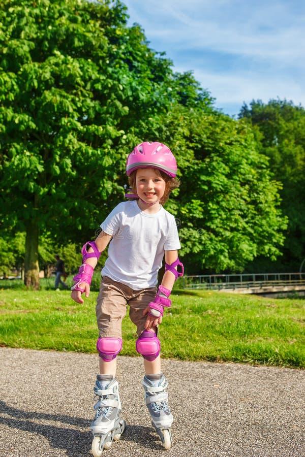 Le att åka skridskor för flickarulle arkivfoton