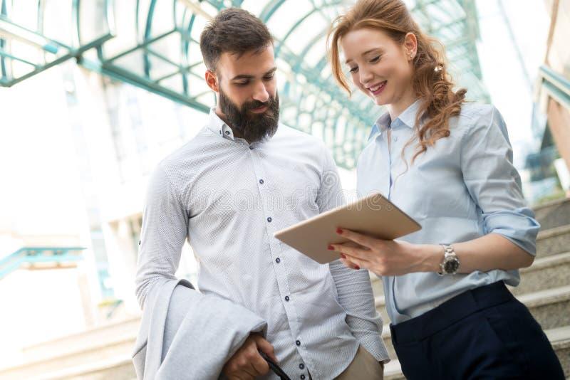 Le att prata för för affärsman som och kvinna är utomhus- arkivfoto